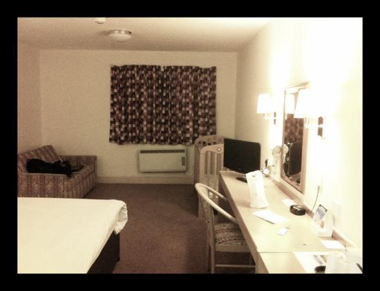Days Inn Sevenoaks Clacket Lane: good size clean room