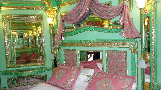 Club Hotel Sera: Chambre bling bling dans l'annexe