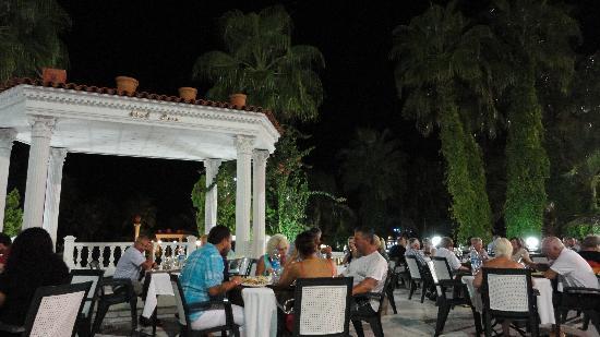 Club Hotel Sera: Salle à manger extérieure