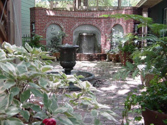 The Magnolia Plantation Bed and Breakfast Inn: Beth's Courtyard's garden