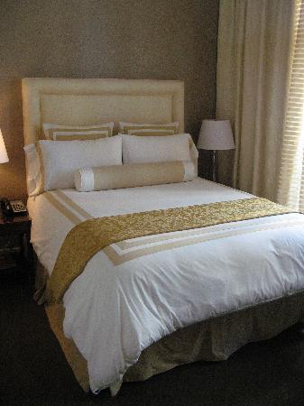 Hotel Teatro: Beautiful and comfortable queen size bed