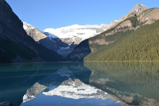 Fairmont Chateau Lake Louise: Morning light on the lake