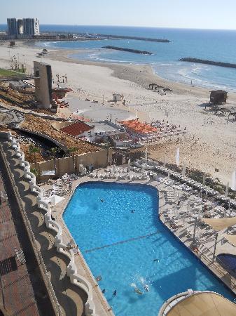 Daniel Herzliya Hotel: Southeside balcony view: pool, beach, marina.