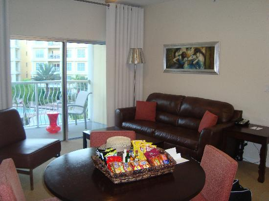 Melia Orlando Suite Hotel at Celebration: Lounge area in 2 bed apartment