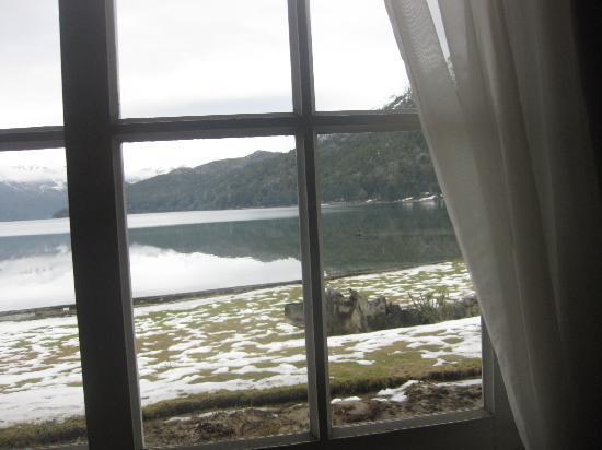 Hosteria El Retorno: Vista de dentro do restaurante para o lago Gutierrez, no café da manhã