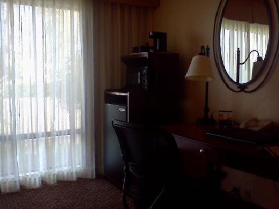 BEST WESTERN PLUS Garden Court Inn: Office area with Refrig. and Microwave.