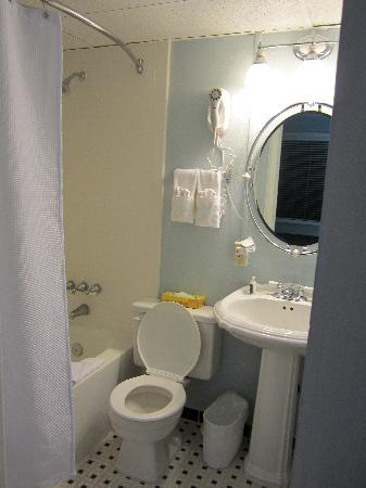 Legacy Vacation Resorts-Brigantine Beach: Bathroom - no space for any toiletries.