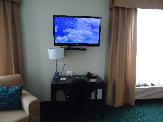 Comfort Hotel Bayer's Lake : Beautiful TV...with free movies to borrow!