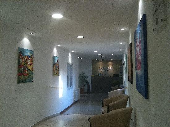 Laplace Hotel : Foto tirada do corredor, mostrando a recepção