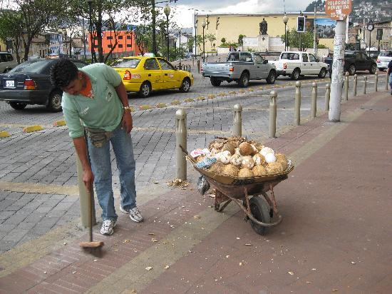 Hostal Mia Leticia: Fresh fruit vendor outside of Mia Leticia