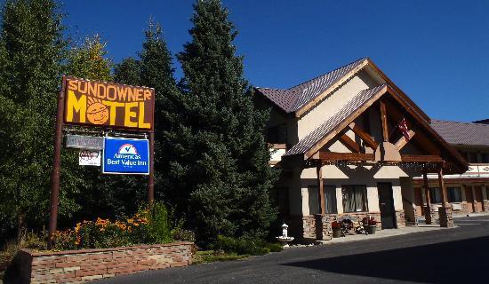 Americas Best Value Sundowner Motel: Front view of the Sundowner Motel