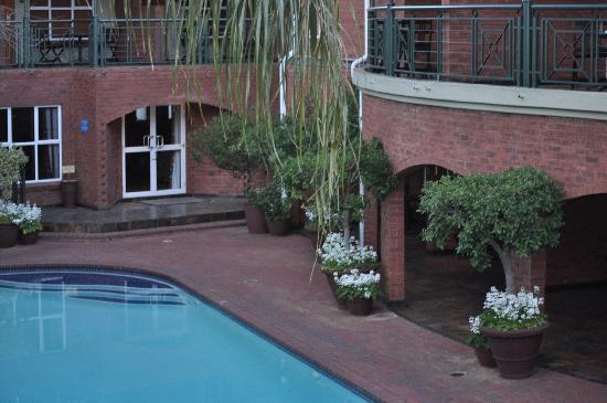 Faircity Falstaff Hotel: sandton, poolside
