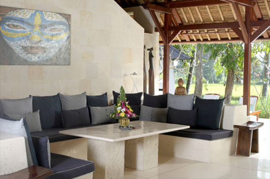 Villa Pantulan: Living area with sofa