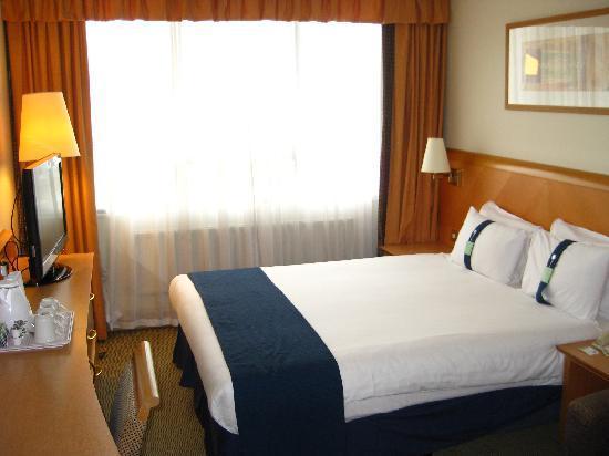 โรงแรมฮอลิเดย์อินน์ ลอนดอน เคนซิงตัน ฟอรั่ม: Standard room with queen sized bed