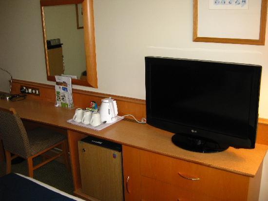 โรงแรมฮอลิเดย์อินน์ ลอนดอน เคนซิงตัน ฟอรั่ม: Flat screen TV, fridge, work desk, coffee/tea maker