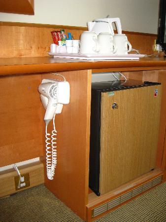 โรงแรมฮอลิเดย์อินน์ ลอนดอน เคนซิงตัน ฟอรั่ม: Odd location of hairdryer, under the work desk