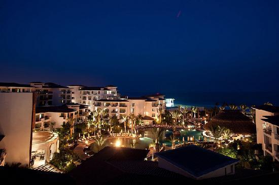 Cabo Azul Resort: Night view of the resort