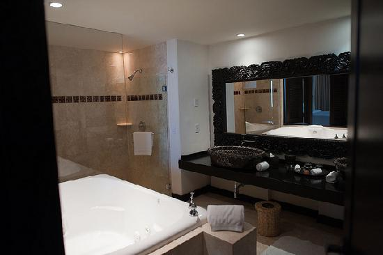 Cabo Azul Resort: ensuite bath with jacuzzi tub