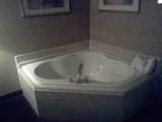 Econo Lodge: jacuzzi tub