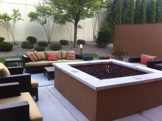 Courtyard Beckley: nice place to relax by the outdoor fire in the Courtyard
