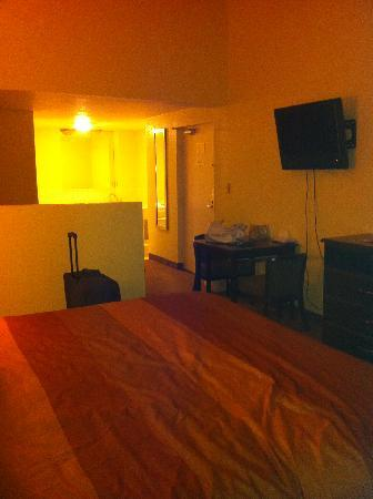 Days Inn And Suites Downtown Gatlinburg Parkway: whole room (king suite)