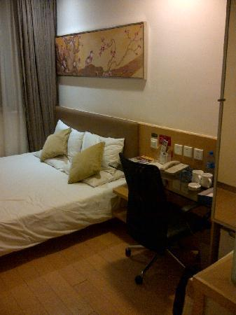 Hanting Hotel Shanghai Nanjing West Road: Bed and working table (a little small and crowded)