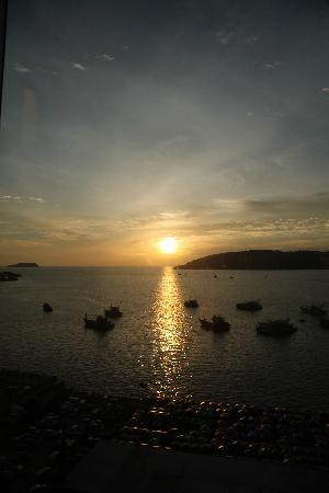Le Meridien Kota Kinabalu: Sunset from the Club room