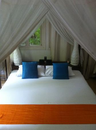 โรงแรมเดอะพาวิเลียน: Bed in No.14