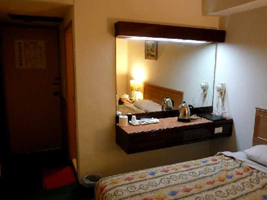 Hotel Lo Fu: 客室(ドア側)