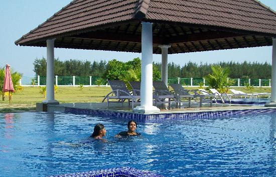 Le Pondy : The Jacuzzi swimming pool