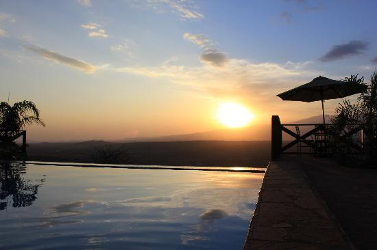 Bashay Rift Lodge : sunset over the swimming pool