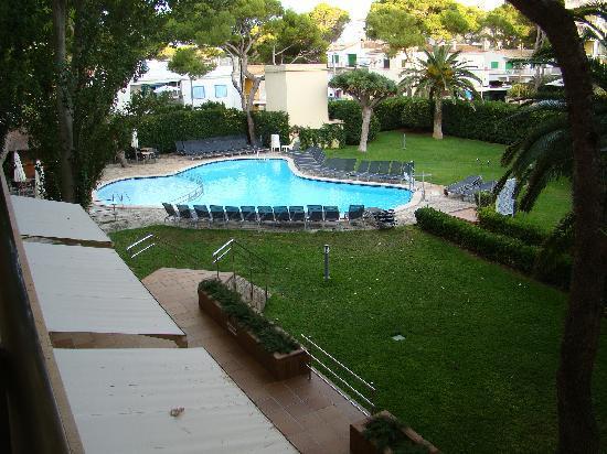 AYA Hotel: Garten mit Pool