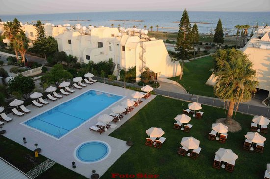 Frixos Suites Hotel apts : Garden and swimming pool