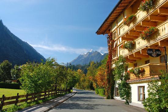 Hotel Vier Jahreszeiten: On the road out of Kaprun to Kitzsteinhorn