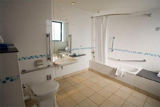 Holiday Inn - Coventry M6, Junction 2: Accessible bathroom