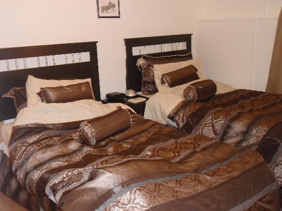 イエローナイフ  ポーラースイート, ベッドルーム。上質のベッドに枕が一人4個。