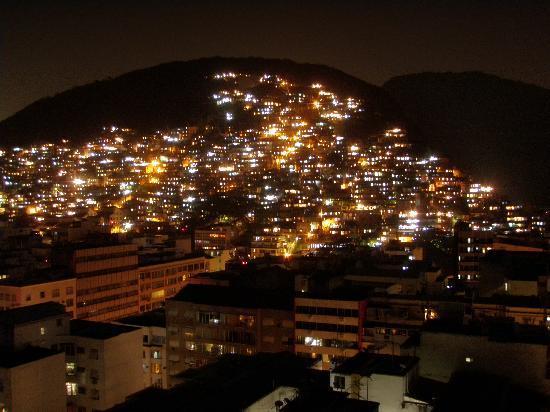 Copacabana Rio Hotel: Vista desde la terraza a la favela