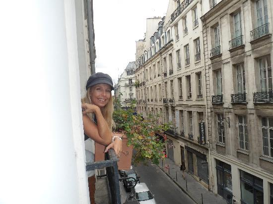 โรงแรมโทนิค ลูฟวร์: looking out the second window towards the Rue di Rivoli