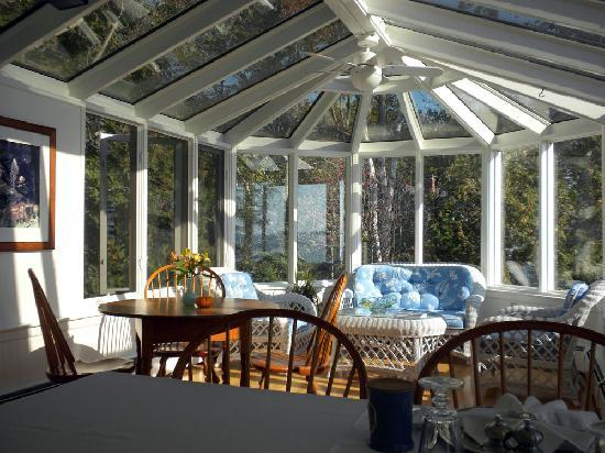 Inn at Sunrise Point: The beautiful conservatory for breakfast