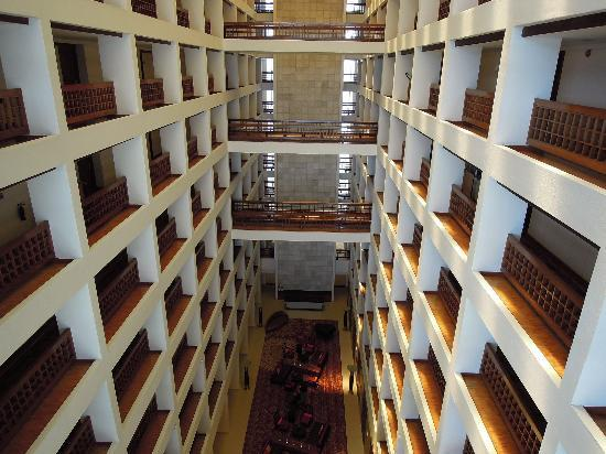 Cinnamon Grand Colombo : Hotel atrium and room corridors