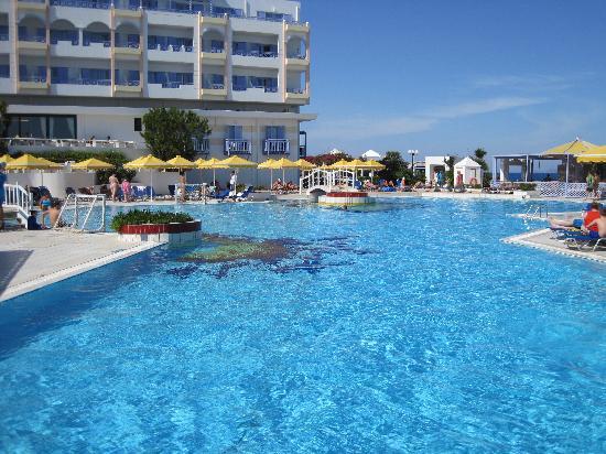 Serita Beach Hotel: MAIN POOL