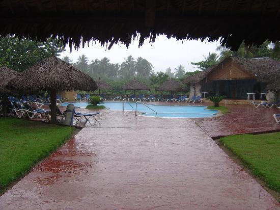 Hotel Celuisma Cabarete: 2ème piscine sous la pluie