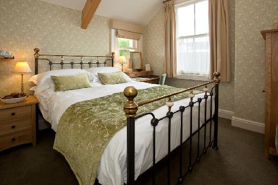 Edwardene Hotel: Bedroom with Victorian Bedstead