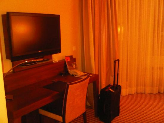 Sheraton Zurich Neues Schloss Hotel: Huge TV