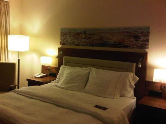 Sheraton Zurich Neues Schloss Hotel: Confy and massive King bed!