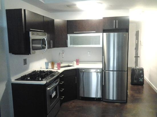 New York Apartments Hotel - Extended Stay : The kitchen appliances from the second room