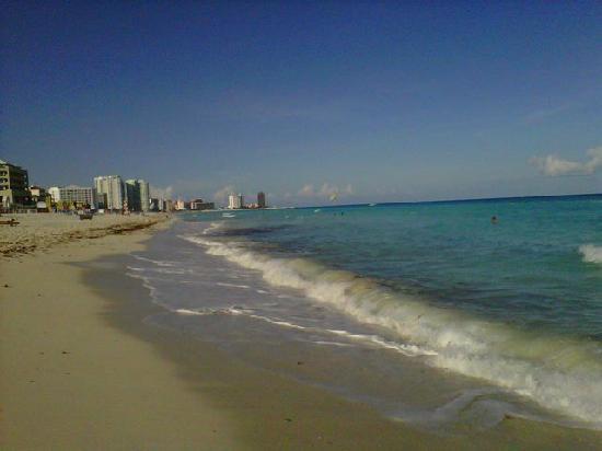 Flamingo Cancun Resort: Beach, looking North.