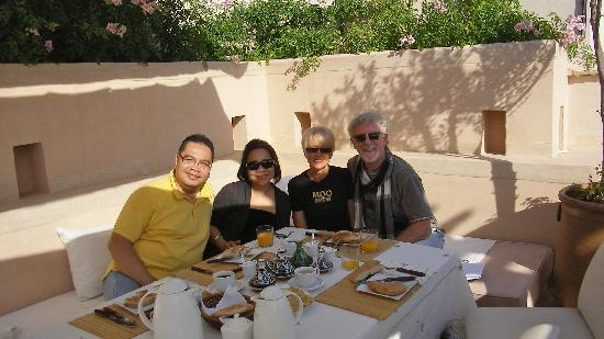 Riad Camilia: Breakfast on the rooftop with other guests, Ron & Marisa