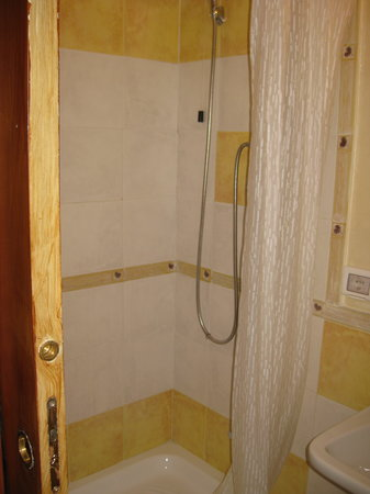 Prati B&B and Prati Vatican Apartment:                                                                         Bathroom of the Yellow R