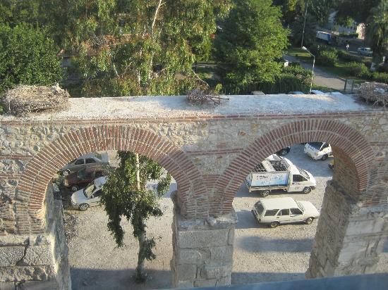 Wallabies Aquaduct Hotel: Aqueduct, storks nest, parking lot